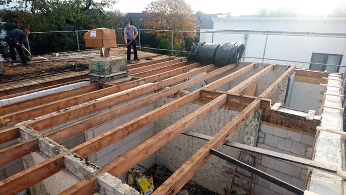 Im Rahmen der Flachdachsanierung haben wir die Balkenlage freigelegt, die Balken abgeschliffen und eine sichtbare Holzschalung darauf montiert.