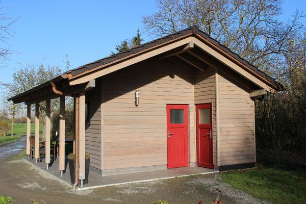 Halfway-Haus aus Holz mit Stülpschalung in Pulheim