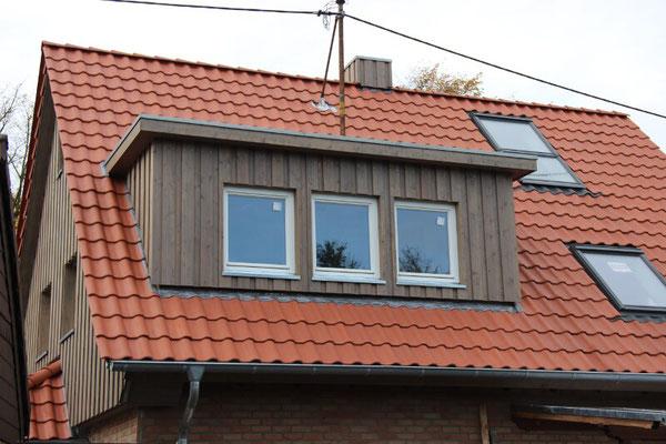 Bei diesem Projekt in Köln-Esch haben wir neben der Holzfassade (einer Boden-Deckel-Schalung) eine Dachsanierung mit Holzfaser-Einblasdämmung und einen Dachausbau mit Gaube gemacht.