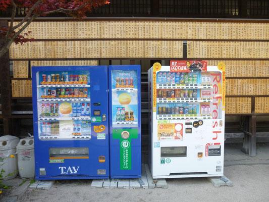 il y a des distributeurs de boissons partout, même devant les prières des fidèles