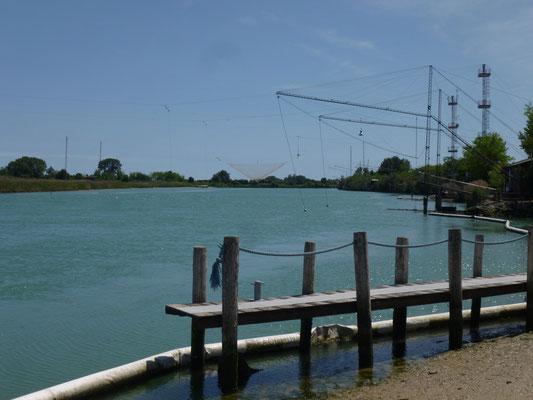 énormes pêcheries sur les canaux