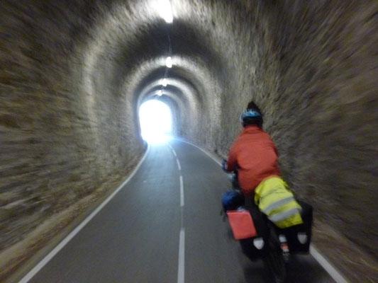 La piste emprunte les tunnels d'une ancienne voie ferrée