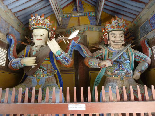les gardiens du temple en bois polychrome