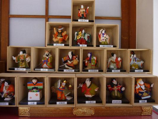 poupées représentant les personnages du théâtre japonais