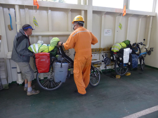 sur le ferry, aux petits soins pour nos vélos