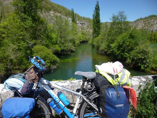 Pause devant l'Ouysse, petite rivière qui passe au pied de Rocamadour