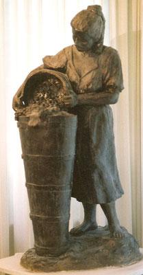 Winzerin mit Butte, 110 cm hoch