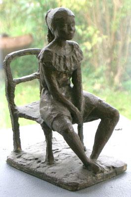 Mädchen auf Stuhl, Gipsaufbau, 19 cm hoch