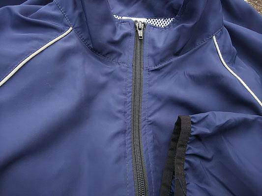 襟から脇に向けて入っているパイピングが反射素材です。