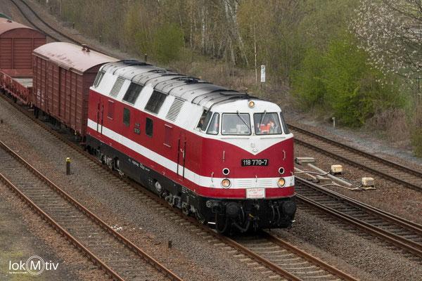 Auch die Glauchauer und Chemnitzer reisten am Donnerstag an. Geführt von 118 770-7 fährt der Überführungszug in Nossen ein.