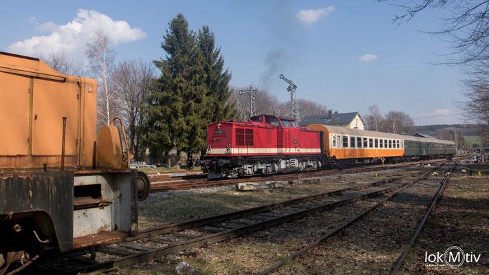Ausfahrt der 112 565-7 in Schlettau nach erfolgter Zugkreuzung mit 52 8154-8