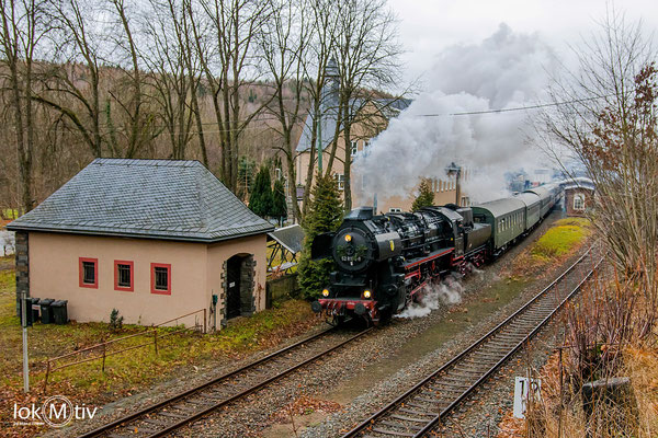 52 8154-8 bringt einen Zug des Leipziger Eisenbahnmuseums nach Schwarzenberg (12/2019)