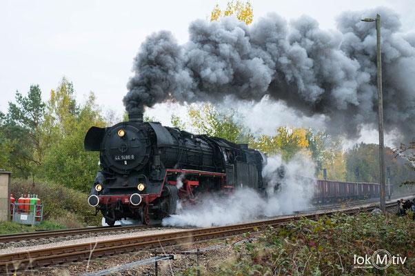 44 1486-8 und 44 2546-8 beschleunigen aus dem Bahnhof in Marksuhl