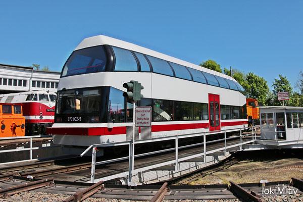 670 002-5 einer von noch fünf existierenden Schienenbusen der Bauart, spöttisch Butterglocke genannt