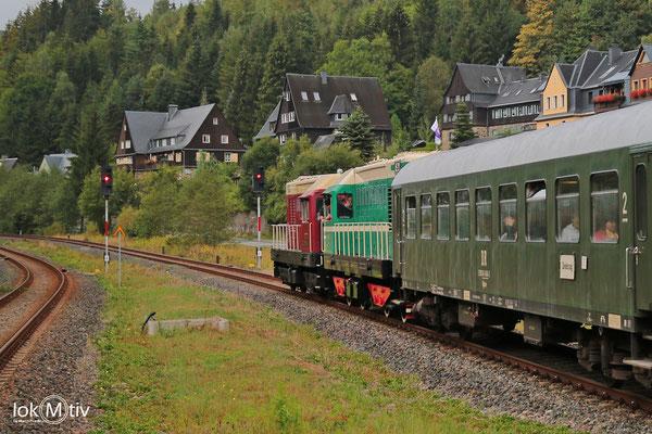 107 014-8 und T435 0145 warten mit dem Sonderzug auf Ausfahrt in Antonsthal