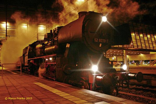 52 8079-7 wartet auf Ausfahrt in Chemnitz nach Halle / S. (12/2015)