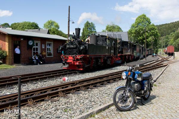 99 1594-3 und 99 1568-7 warten in Schmalzgrube auf den Gegenzug zur Abfahrt nach Jöhstadt