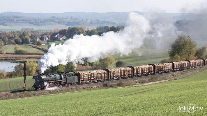 44 1486-8 mit einem Holzzug in Richtung Eisenach. Der Zug besteht auch noch aus offen Güerwagen und 52 1360-8 als Schiebelok.