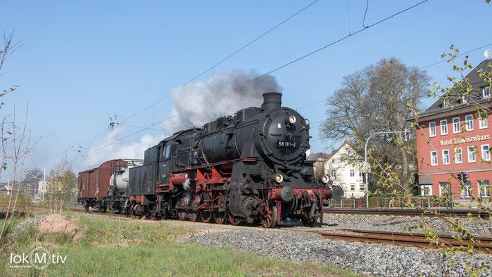58 1111-2 auf der Anreise zum Dampflokfest Dresden vor dem Schweitzerhaus in Hohenstein-Er. (04/2019)