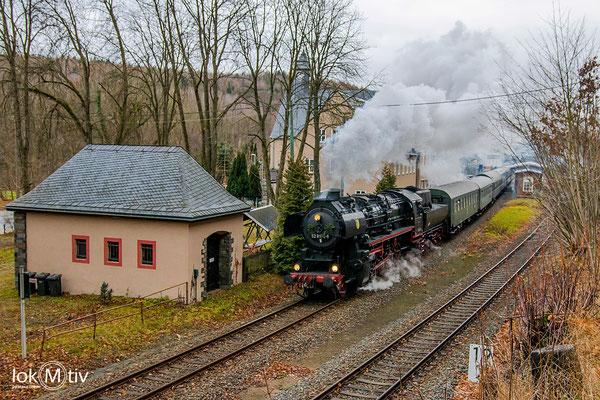 52 8154-8 des Eisenbahnmuseums Bayrischer Bahnhof Leipzig passiert den Bahnhof Hartenstein (12/2019)