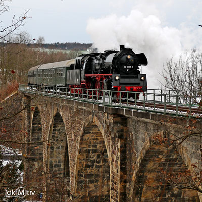 35 1097-1 mit zwei Wagen auf dem Viadukt in Rödlitz 12/2017