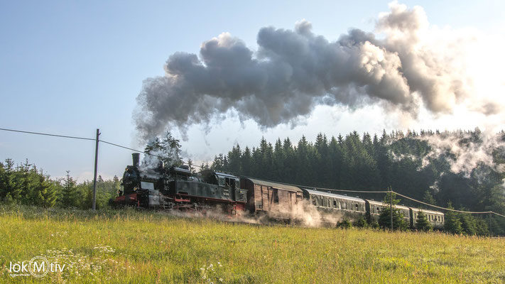 94 1538 schnauft hinter Stützerbach dem Bahnhof Rennsteig entgegen