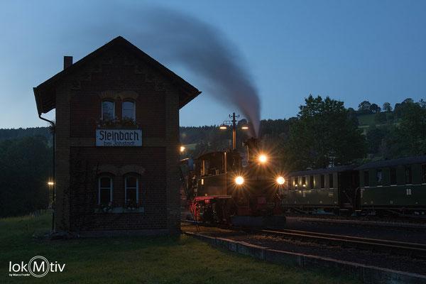 99 1568-7 (sächs. IV K) in Steinbach. Wasser nehmen ist beendet, gleich setzt sich die Maschine vor den Zug