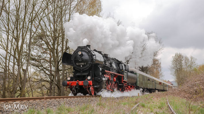 52 8195-1 auf dem Weg nach Zittau bei der Ausfahrt in Wilthen.