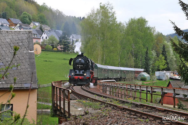 Auf dem Weg zum Markersbacher Viadukt passiert der Zug die Stadtbrücke