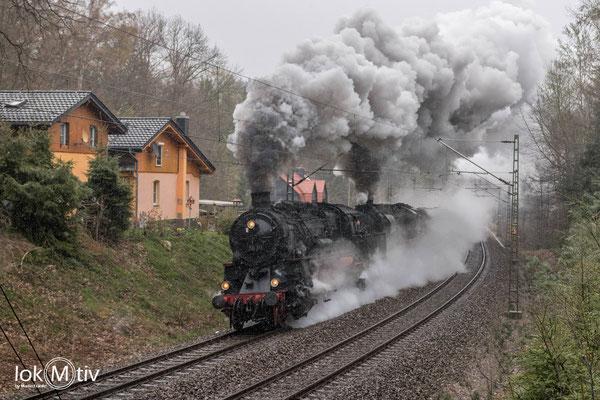 58 311 leistet 52 8195-1 Vorspann auf der Tharandter Rampe.