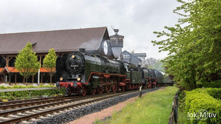 01 2066-7 und 01 2118-6 passieren das Gradierwerk in Bad Salzungen (05/2019)