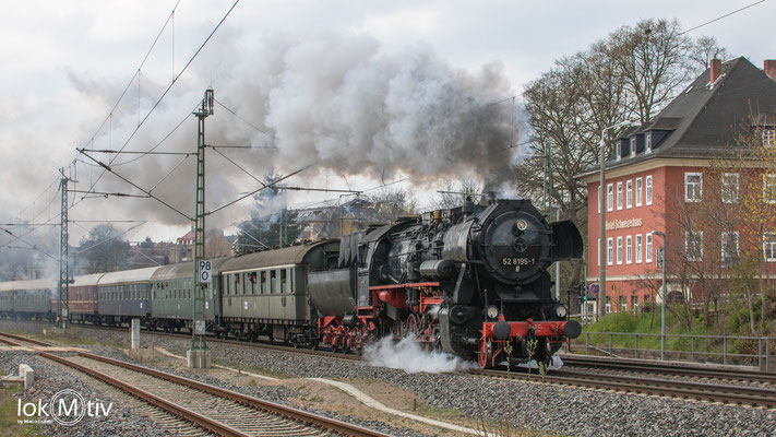 52 8195-1 reist zum Dampfloktreffen an. Hier passiert der Sonderzug das Schweizerhaus in Hohenstein-Ernstthal