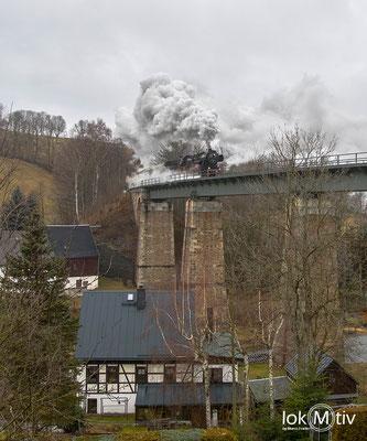 Kurz vor Einfahrt in Cranzahl geht es über das Viadukt