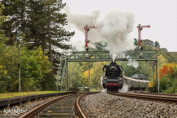 35 1106 durchfährt die Signalbrücke in Roßwein in Richtung Nossen