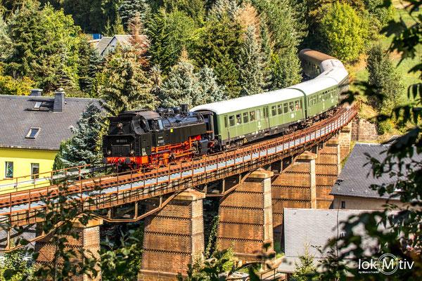 86 1333 auf der Erzgebirgischen Aussichtsbahn (EAB) auf der Brücke in der Schwimmbadkurve