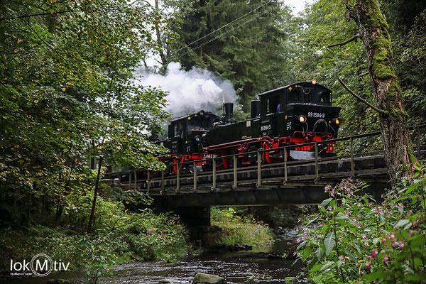 99 1594 und 99 542 tv auf der Brücke über die Preßnitz vor dem Hp Stolln nach Steinbach