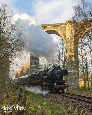 52 8154-8 bringt einen Sonderzug nach Olbernhau, hier unter dem Hetzdorfer Viadukt (12/2019)
