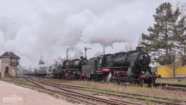 58 311 und 50 3610 in Doppeltraktion bei der Einfahrt in Deutschenbora.