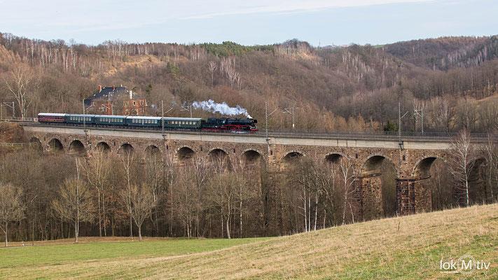 Auf dem Weg nach Chemnitz wird der Viadukt in Steina überquert