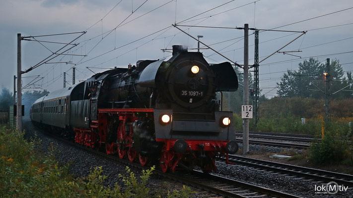 35 1097-1 fährt mit dem Sonderzug nach Prag in Glauchau ein 08/2017