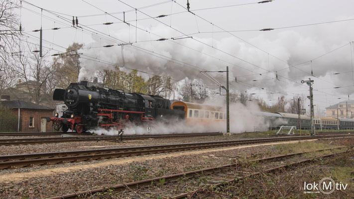 Noch immer ist es nebelig als 52 8154-8 den Bahnhof Altenburg verlässt