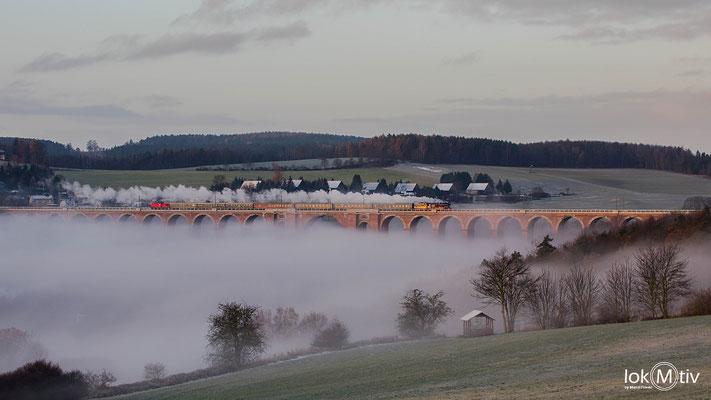 35 1097-1 quert die Göltzschtalbrücke, welche in herbstlichem Nebel liegt (11/2019)