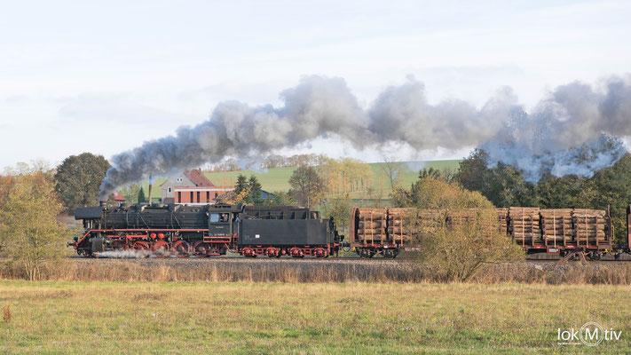 44 1486-8 hat mit einem Holzzug soeben den Bahnhof Oberrohn verlassen