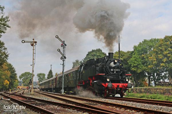86 1333-3 verlässt den Bahnhof Schlettau in Richtung Annaberg