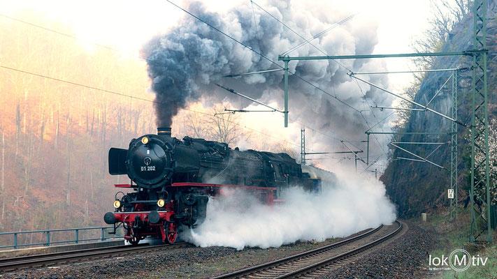 Auf der Rückreise in die Schweiz bezwingt 01 202 ohne Schublok die Tharandter Rampe (04/2019)