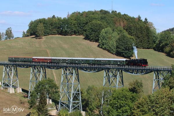 86 1333 auf der Erzgebirgischen Aussichtsbahn (EAB) auf dem Markersbacher Viadukt