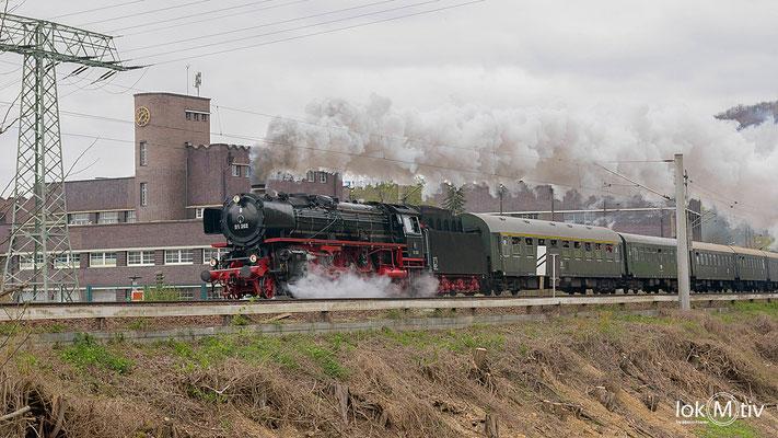 01 202 im Schnellzugdienst nach Berlin. Hier verlässt sie Dresden und passiert dabei das Pumpspeicherwerk in Niederwartha.