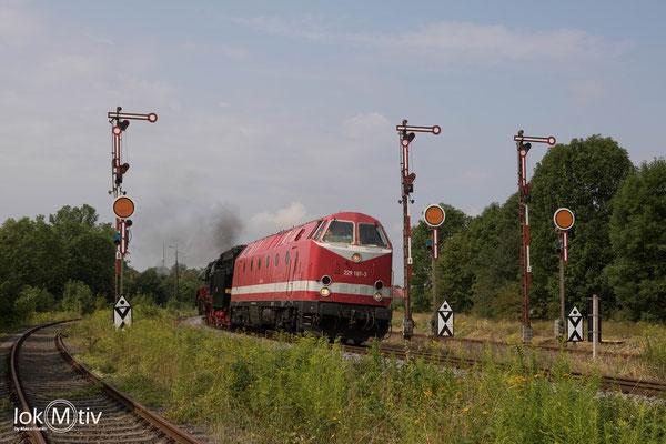 229 181-3 in Zeitz 03 1010 nach Halle schleppend (08/2019)