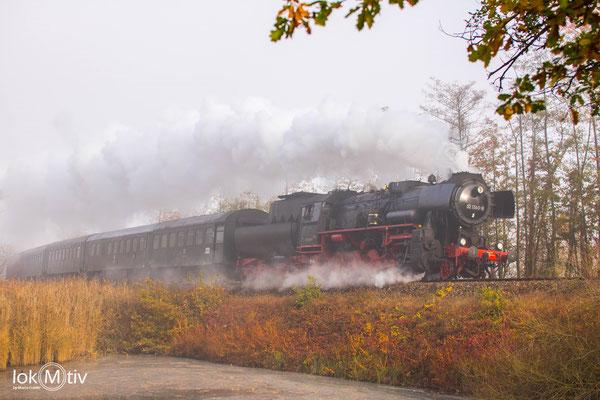 Im morgentlichen Nebel legt sich 52 1360-8 mit einem Personenzug bei Neuhof in die Kurve.