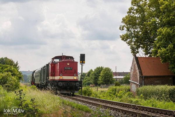 """112 565-7 als Zuglok kurz vor der Zuckerfabrik in Zeitz, """"nachgedrückt"""" von 86 1477-1 (06/2020)"""
